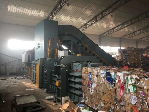 Horizontal waste paper baling machine with conveyor